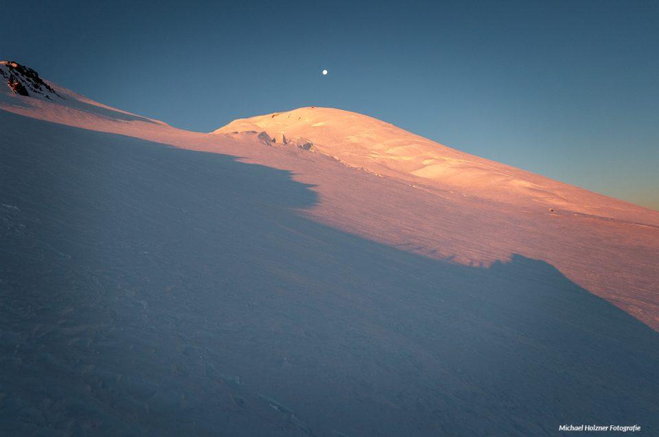 Sonnenaufgang auf der Nordroute zum Elbrus 5642m, Kaukasus / Russland